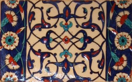 Carreau de bordure aux quadrilobes faits de fleurons bifides rumi et frises de rosettes et d'oeillets sur fond bleu