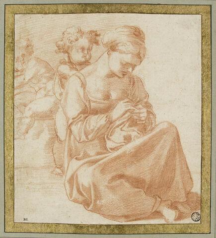 Femme cousant assise par terre, deux enfants derrière elle