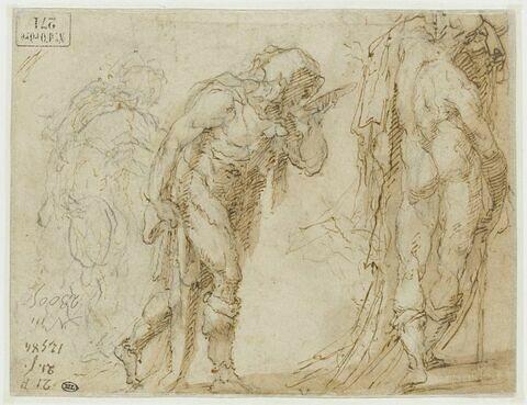 Trois hommes debout, de dos ou de profil vers la droite