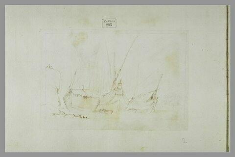 Vue d'un port avec trois bateaux et deux barques