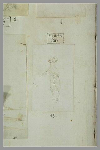 Femme debout, vue de dos, portant un fardeau sur la tête
