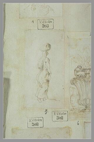 Une femme debout, portant un fardeau sur la tête