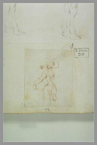 Femme vue de dos, portant un paquet sur la tête et un autre sous le bras