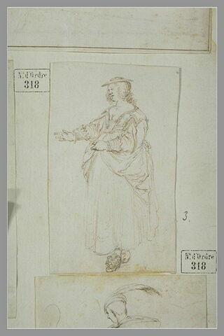Une femme debout avançant le bras droit