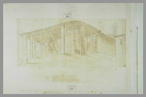 Une grange en bois soutenue par des colonnes