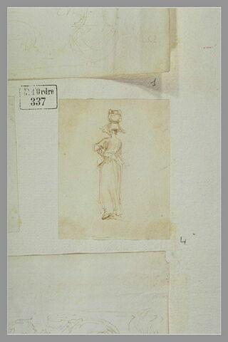 Une femme, portant un panier sur la tête, vue de dos