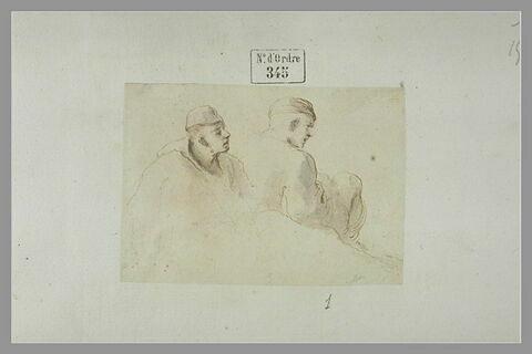Deux hommes, coiffés de bonnet, assis : l'un de dos, l'autre de profil