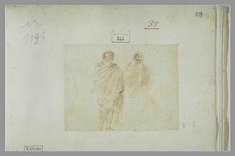 Deux hommes, coiffés de bonnet, debout : l'un de dos, l'autre de profil