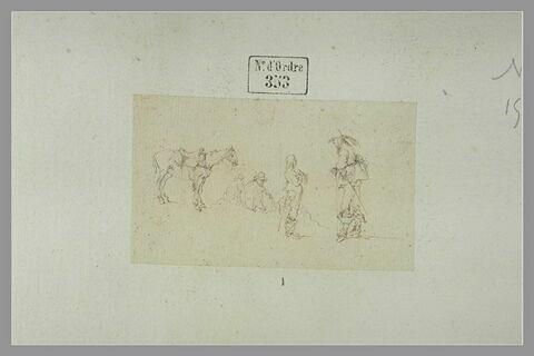 Cavalier ayant mis pied à terre et parlant à un homme, deux hommes assis