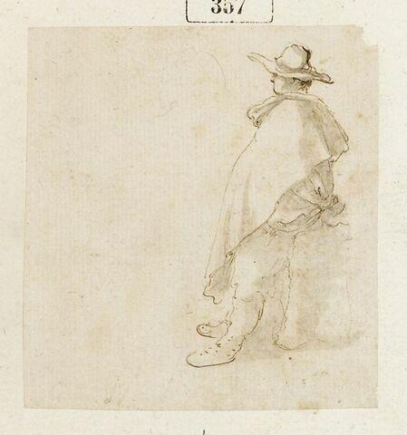 Homme debout, de profil, avec une cape, portant un chapeau à larges bords
