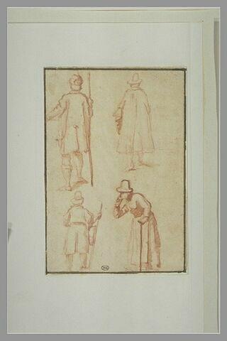 Croquis de quatre hommes en manteau et chapeau