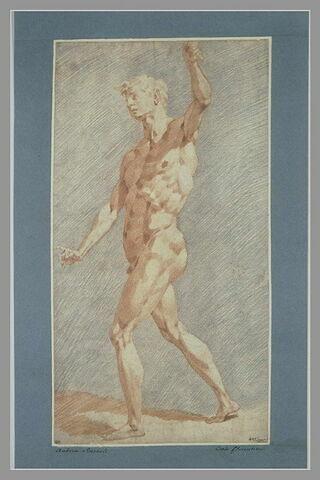 Homme nu, debout, levant le bras gauche, se dirigeant vers la gauche