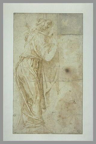 Femme debout, drapée, de profil, tournée vers la droite
