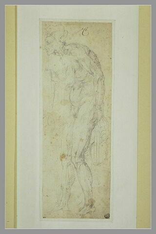 Une vieille femme nue, debout, penchée en avant, de profil vers la gauche