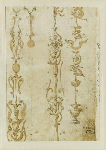 Quatre motifs décoratifs verticaux