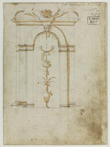 Encadrement d'une niche contrée décorée d'un vase avec un motif d'arabesques