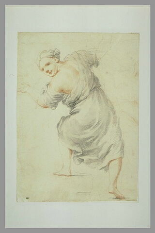 Femme debout, vue de dos, se retournant