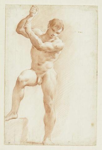Homme nu debout, les bras levés, regardant à ses pieds