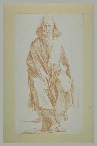 Homme assis sur un tabouret, vu de face, enveloppé d'un manteau à longs plis