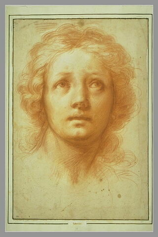 Tête de femme, de face, le regard fixé en haut