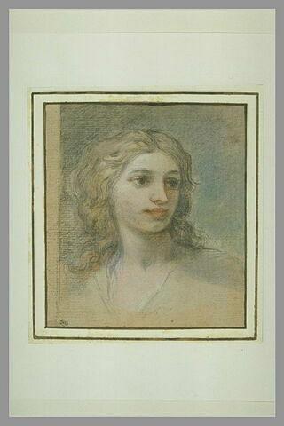 Jeune femme vue en buste