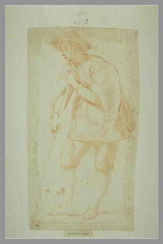 Jeune homme debout, appuyé sur un bâton, tourné vers la gauche