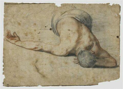 Homme étendu à terre, le bras droit écarté