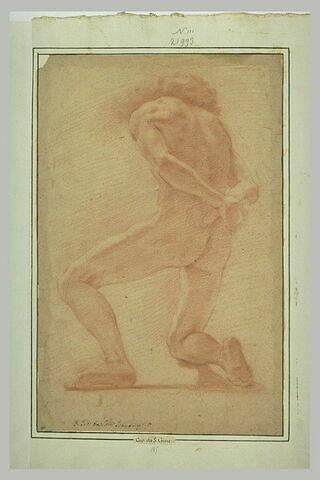 Homme nu vu de dos, agenouillé sur son genou droit, les mains croisées derrière le dos