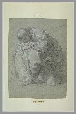 Homme drapé, assis, les bras croisés et appuyés sur les genoux