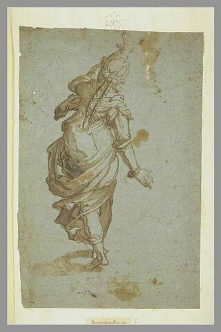 Femme debout, de dos, marchant, levant le bras gauche