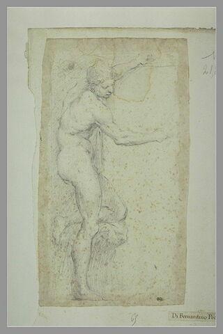 Homme nu debout, de profil à droite, la jambe gauche posée sur un degré