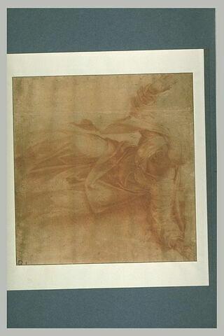 Femme debout, penché en avant, vue de face, les bras écartés
