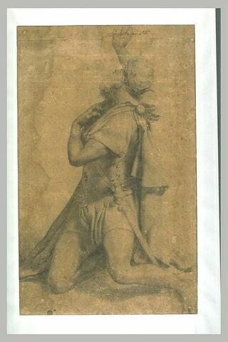 Homme à genoux portant une couronne