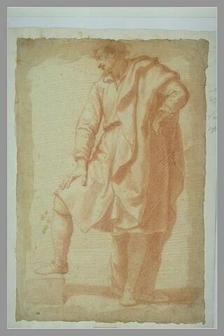 Homme debout, couvert d'un manteau, la main gauche sur la hanche