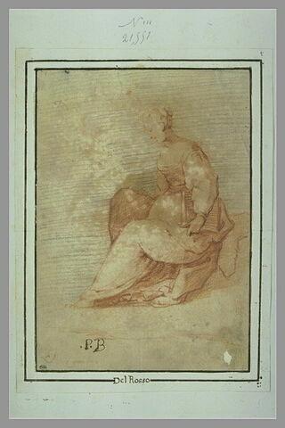 Femme assise, de profil, tenant un livre sous le bras et un écheveau