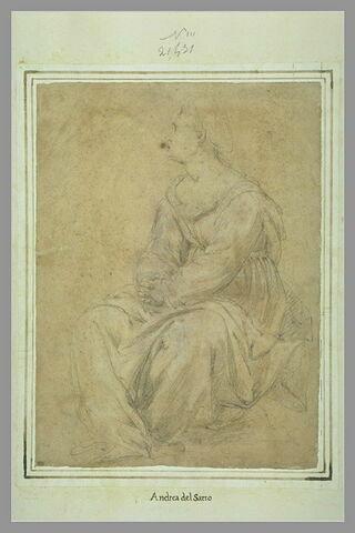 Femme assise de trois quart, visage de profil à gauche