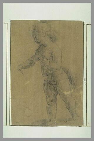Enfant nu, debout, tourné vers la gauche, étendant le bras droit