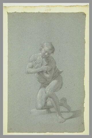 Homme à demi-agenouillé, penché en avant, les bras croisés sur sa poitrine