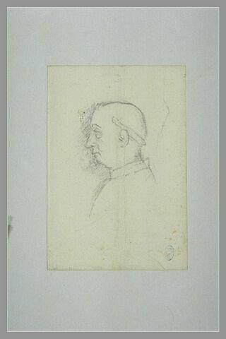 Moine, vu en buste, de profil vers la gauche