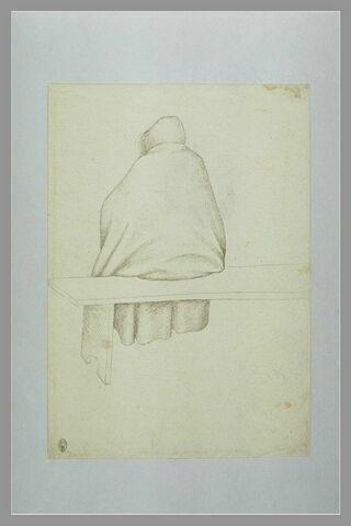 Homme, vu de dos, vêtu d'une pèlerine à capuchon, assis sur un banc