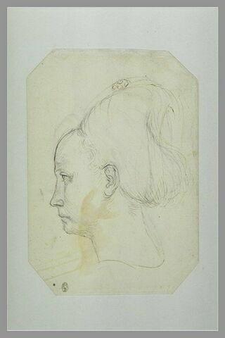 Tête de jeune femme, de profil vers la gauche, avec un bijou sur la coiffure