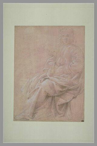 Homme drapé, coiffé d'un bonnet, assis, de trois quarts, la tête de face