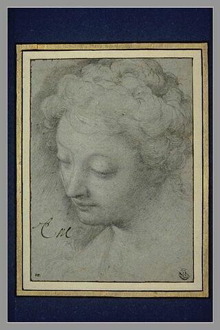 Tête de femme, vue de trois quarts, penchée en avant