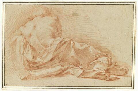 Un homme à demi drapé étendu, vu de dos
