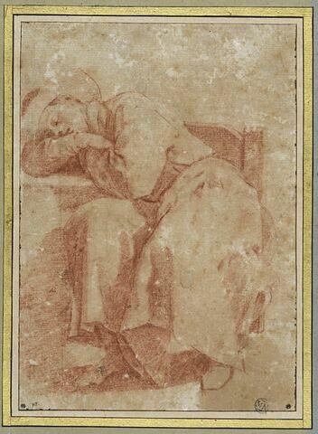 Jeune homme assis, endormi sur une table