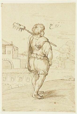 Garçon jardinier vu par derrière, un rateau sur l'épaule