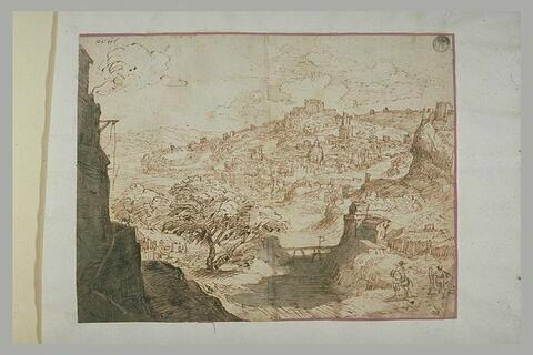 Vue d'une ville bâtie à flanc de montagne, dans un paysage rocheux