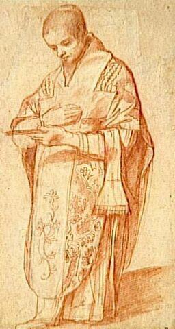 Un prêtre debout, prêt à donner la communion