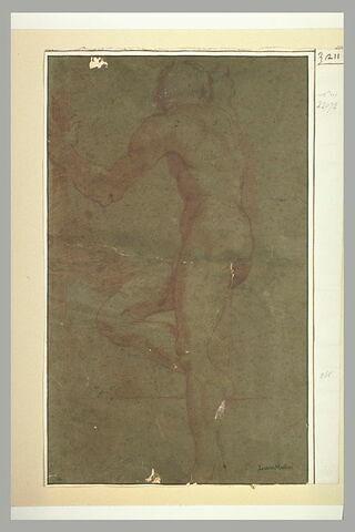 Un homme nu, debout, la jambe droite ployée, vu de dos
