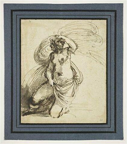 Femme effrayée tenant une draperie